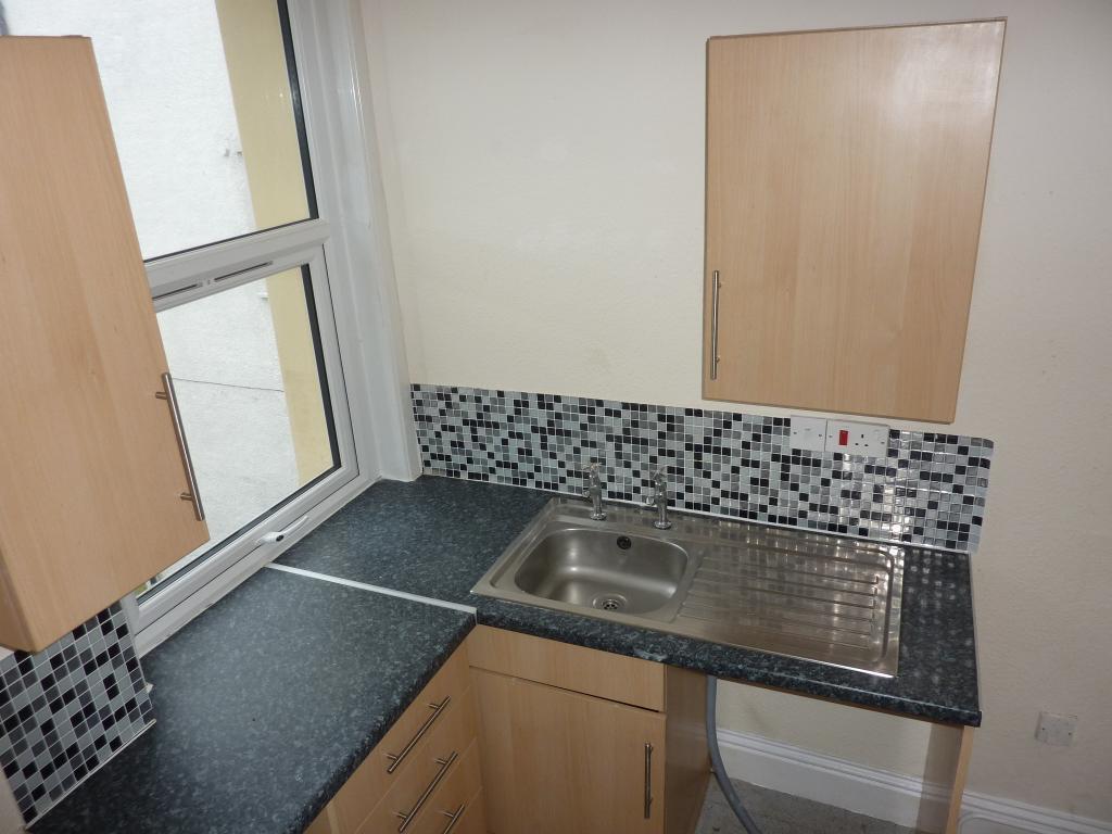 2 Bedroom Flat to Rent in Cowlyn Bay, LL29 8EW
