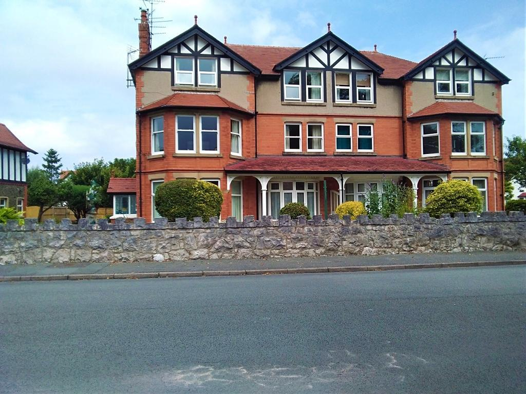 2 Bed Flat Property for Sale in Colwyn Bay, LL28 4DF